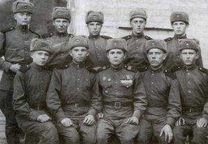 Н.М. Кушаков с новобранцами (в первом ряду третий слева). 1950 г.