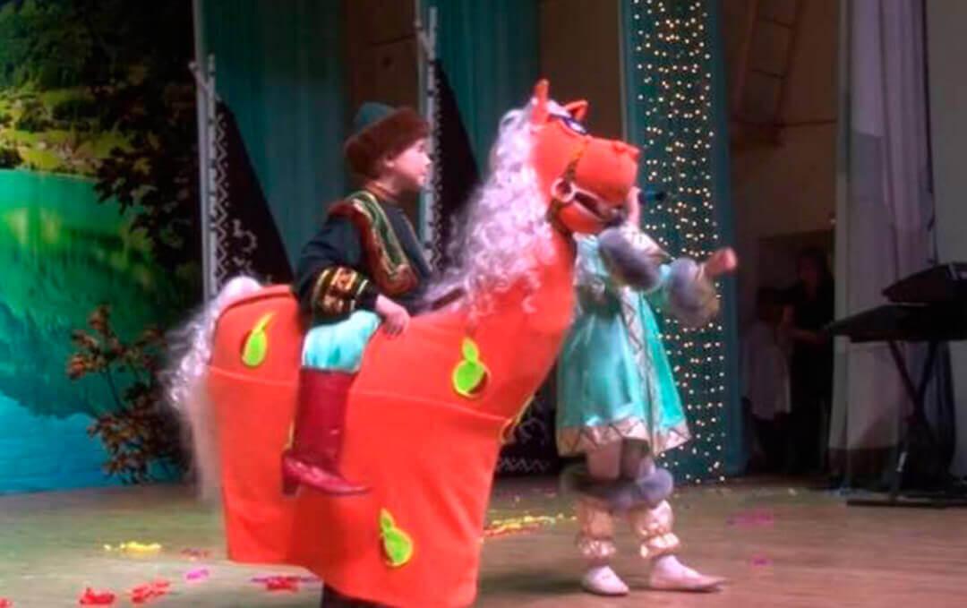 Мальчик в костюме коня (лошади)