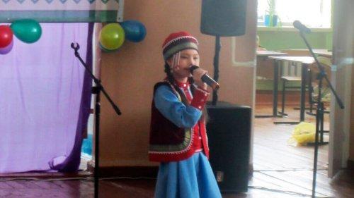 Девочка в национальном костюме поет