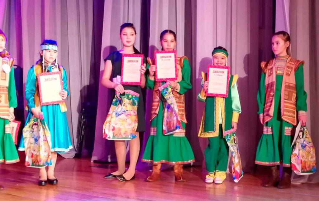 Девочки в шорских национальных костюмах